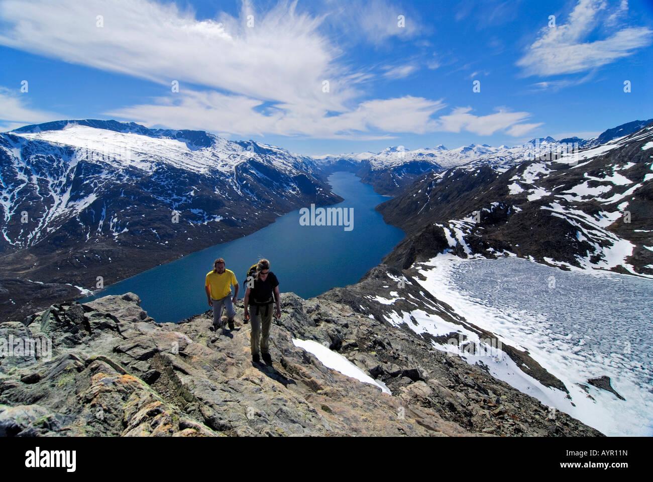 Two hikers at Besseggen Ridge between Lake Gjende and Lake Bessvatnet, Jotunheimen National Park, Vaga, Oppland, - Stock Image