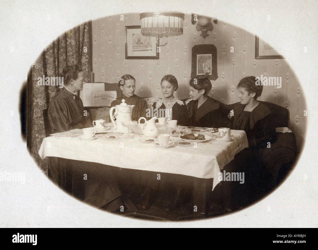 Women drinking coffee, ca. 1917 - Stock Image