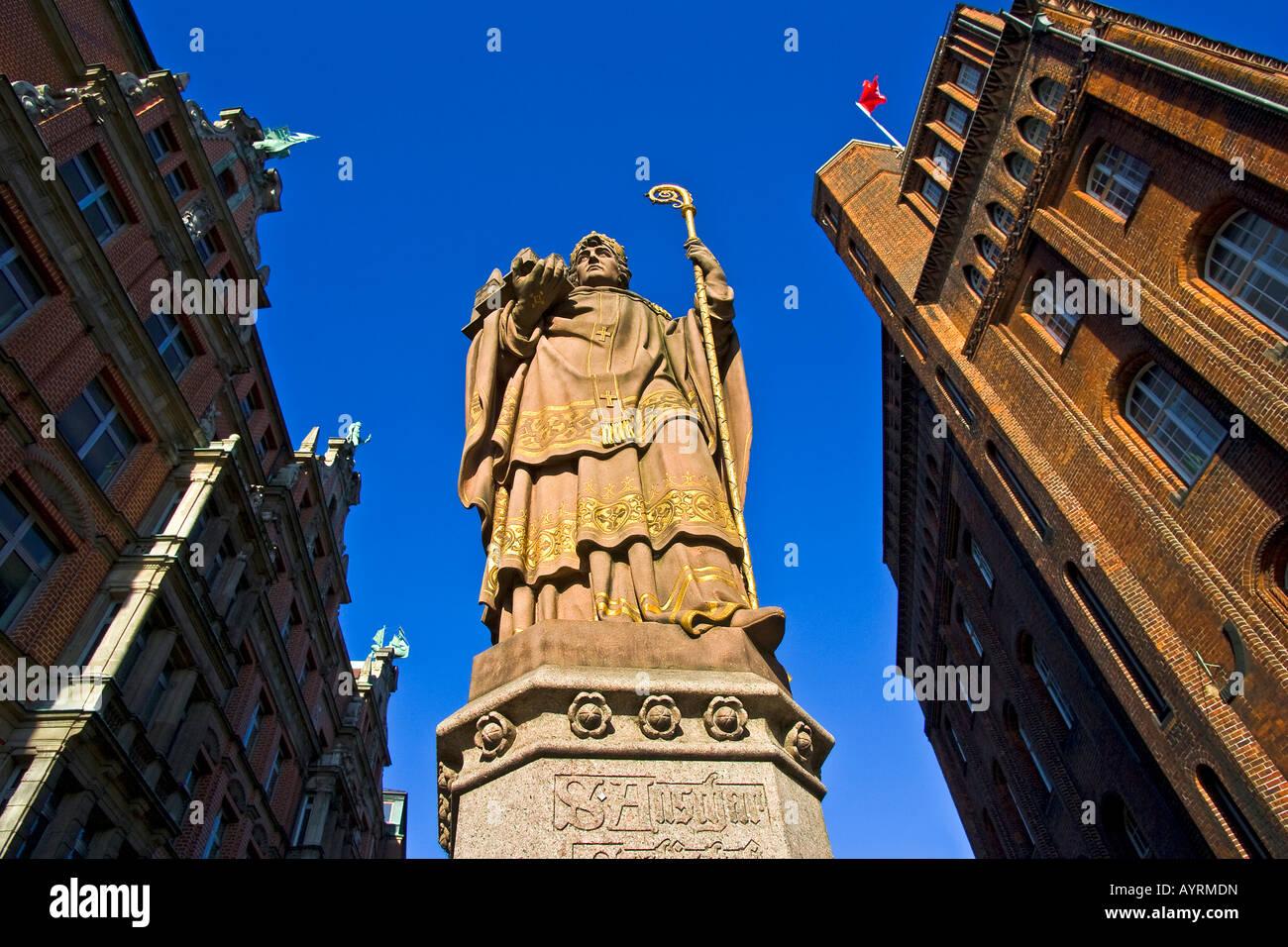 Statue of St. Ansgar on the Trostbruecke (Trost Bridge) in front of the historic Patriotischen Gesellschaft (right) - Stock Image