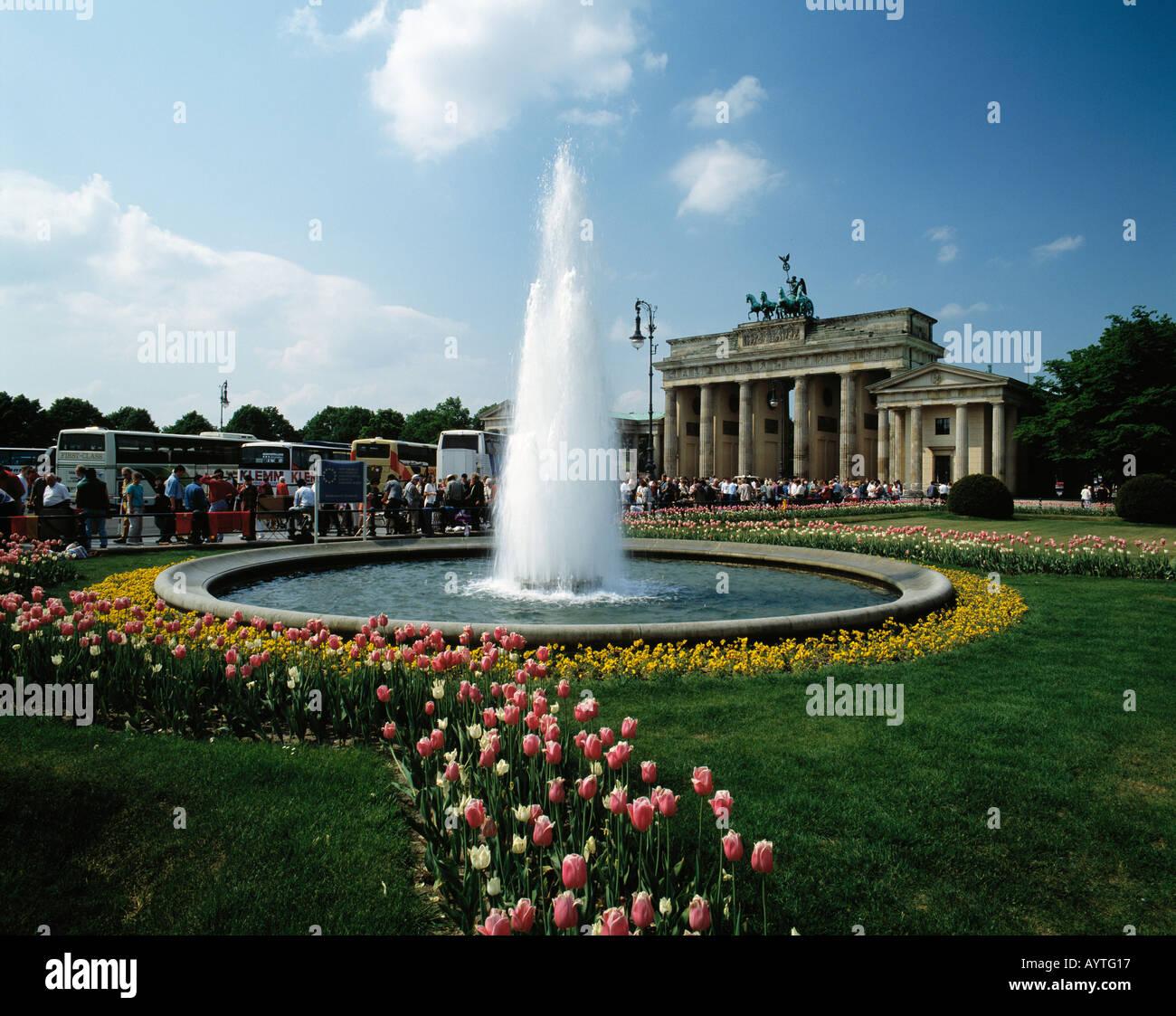 Pariser Platz Mit Brandenburger Tor Springbrunnen Tulpenfeld Stock Photo Alamy