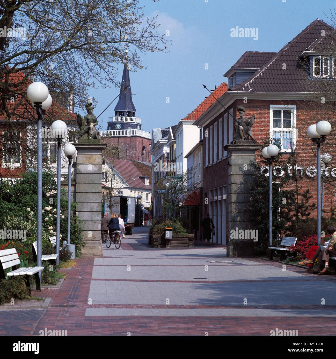 fussgaengerzone und kirche in aurich ostfriesland. Black Bedroom Furniture Sets. Home Design Ideas