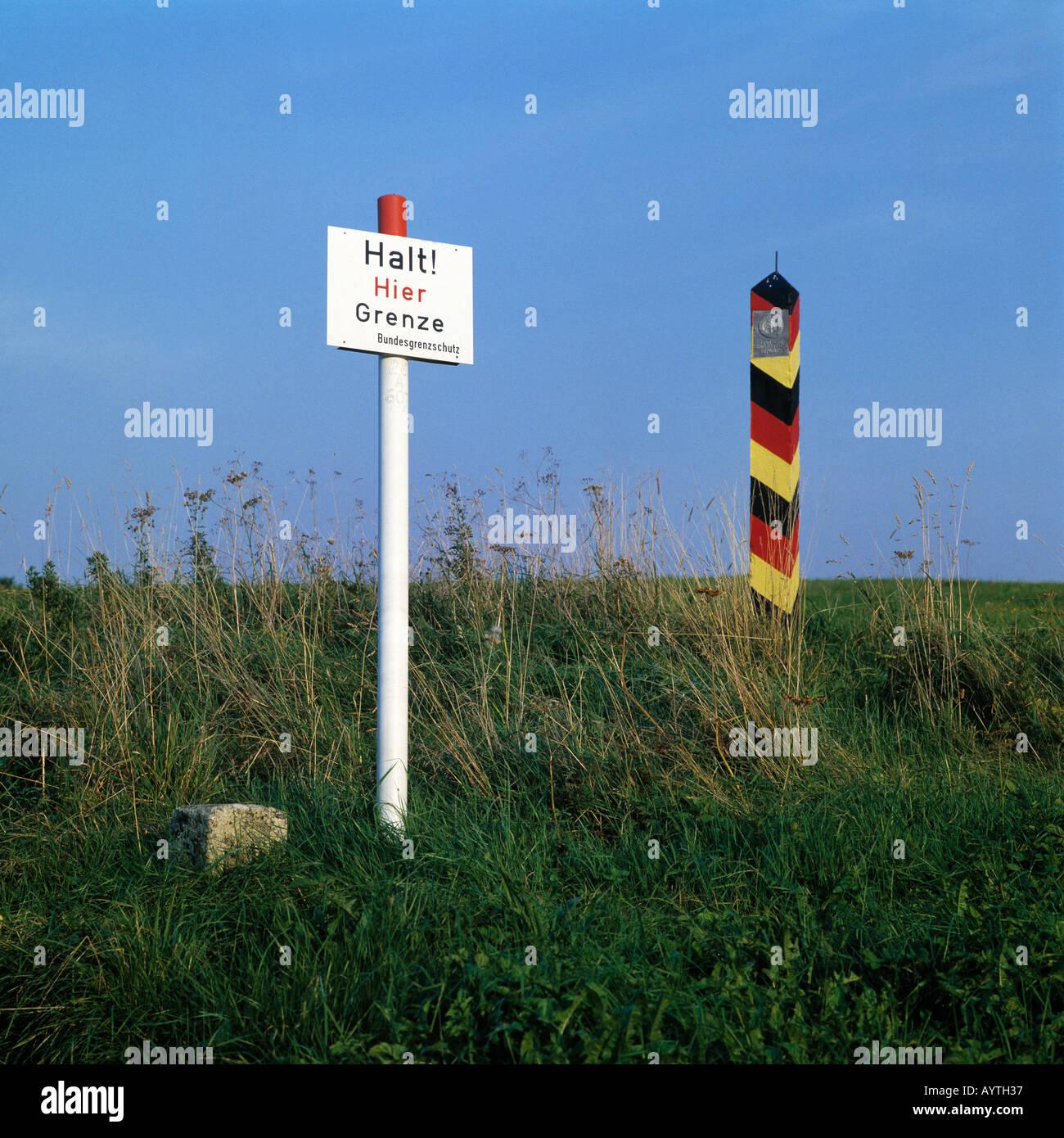 Grenzmarkierung, Grenzpfahl, Warnschild 'Halt! Hier Grenze', Bundesgrenzschutz, ehemalige deutsch-deutsche Grenze bei Walkenried, Naturpark Harz, Nied - Stock Image