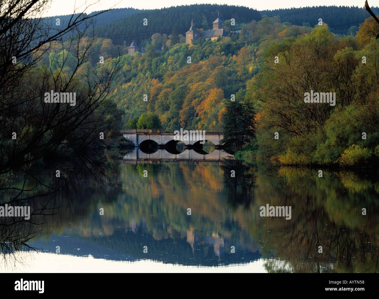 Biggelandschaft mit Schloss Schnellenberg im Herbst, Attendorn, Naturpark Ebbegebirge, Sauerland, Nordrhein-Westfalen Stock Photo