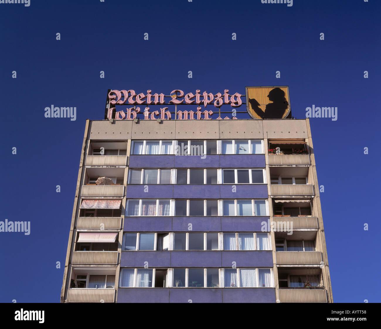 """Goethe-Zitat """"Mein Leipzig lob ich mir"""" als Neonreklame auf einem Mehrfamilienwohnhaus in Leipzig, Sachsen Stock Photo"""