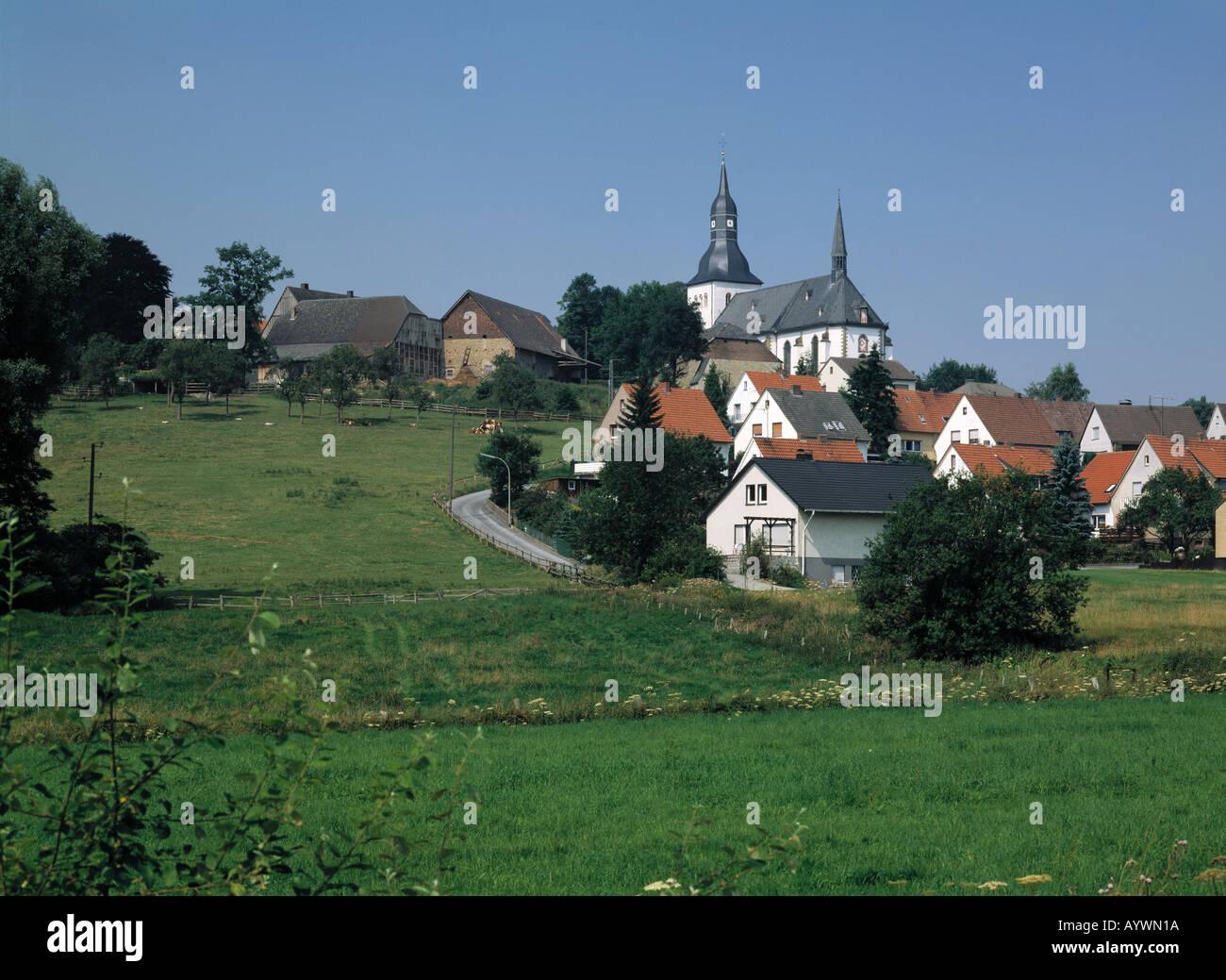Dorf mit Kirche an einem Berghang, Wiesenlandschaft, Ruethen-Altenruethen, Naturpark Arnsberger Wald, Sauerland, Stock Photo