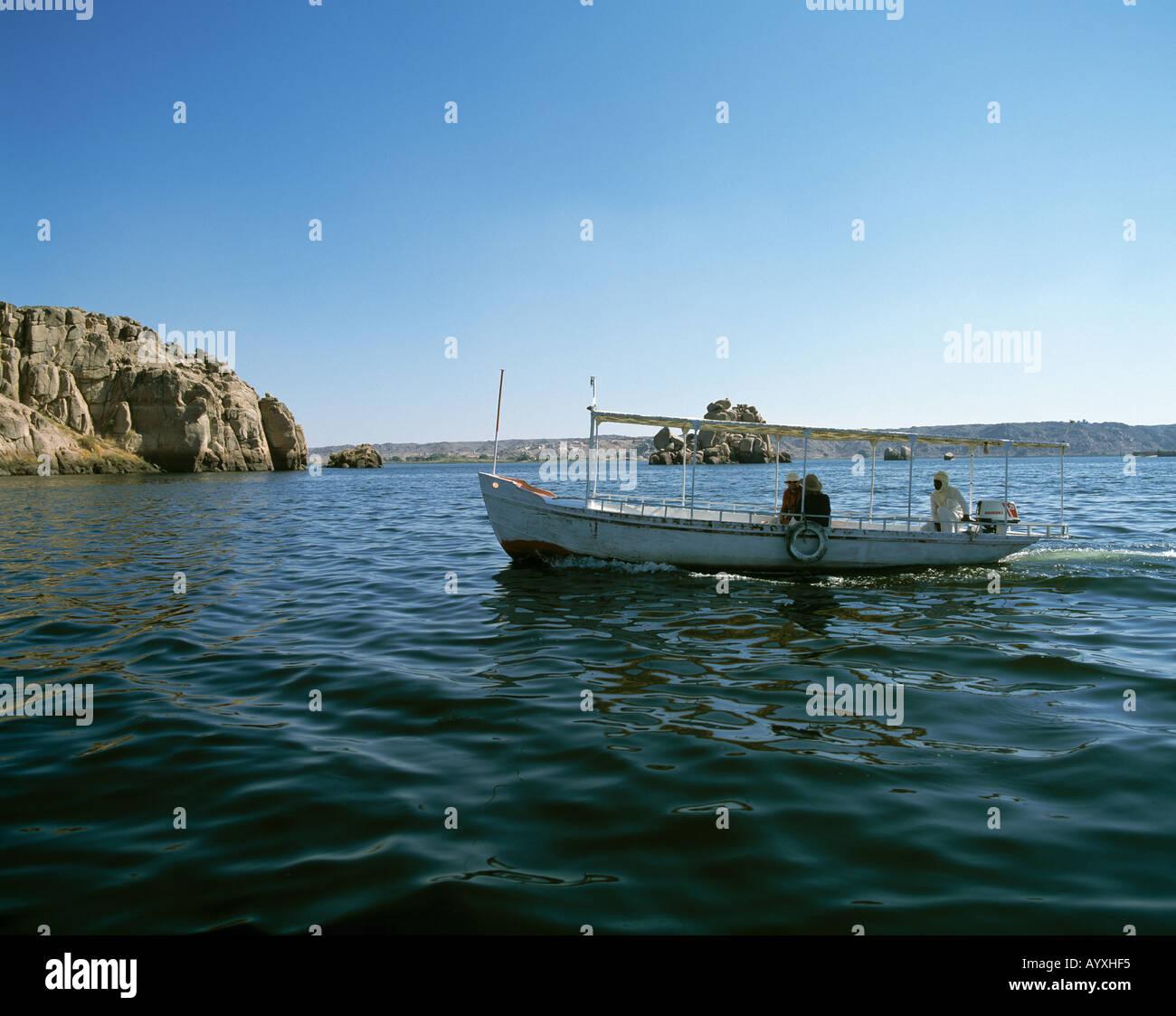 Felsenlandschaft am Nil, Nillandschaft, Touristenboot, Philae, Oberaegypten Stock Photo