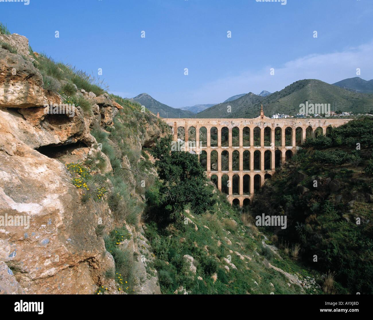 Gebirgslandschaft, Roemisches Aquaedukt ueberbrueckt ein Tal, Roemische Wasserleitung, Bruecke ueber eine Schlucht, Stock Photo