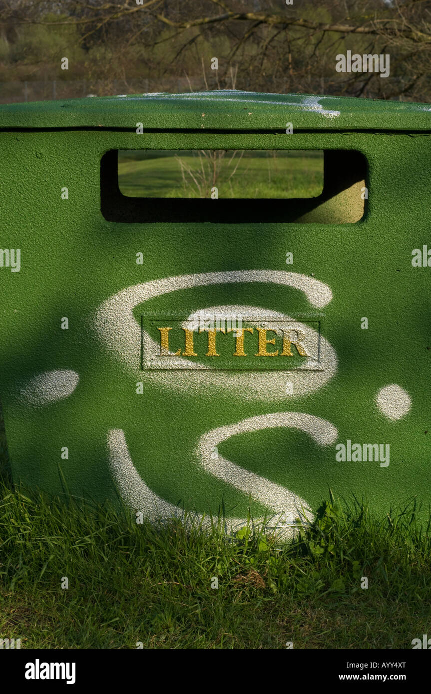Litter trash bin with gold lettering and graffiti - Stock Image