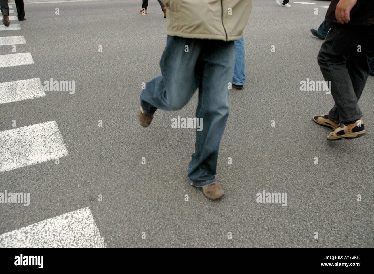 Strasse street Straße Fussgänger foot passenger pedestrians walkers Überqueren crossing Asphalt asphalt Füsse feet Stock Photo