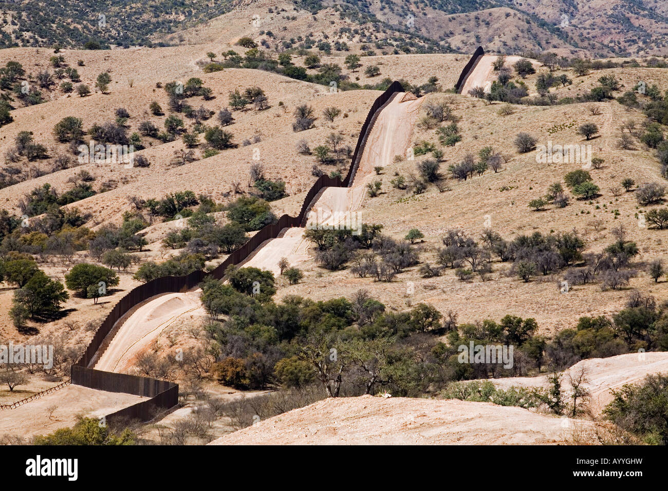 Border Fence Separating USA and Mexico in Sonoran Desert - Stock Image