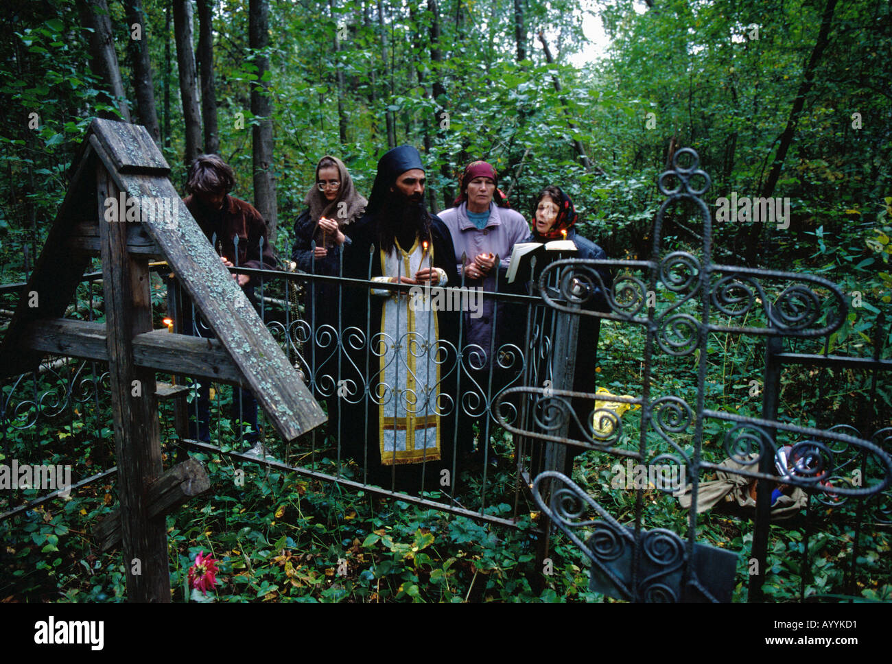 Russia, Kostroma district,a Russian Orthodox priest conduct a religious service in a forest cemetery one year after death - Stock Image