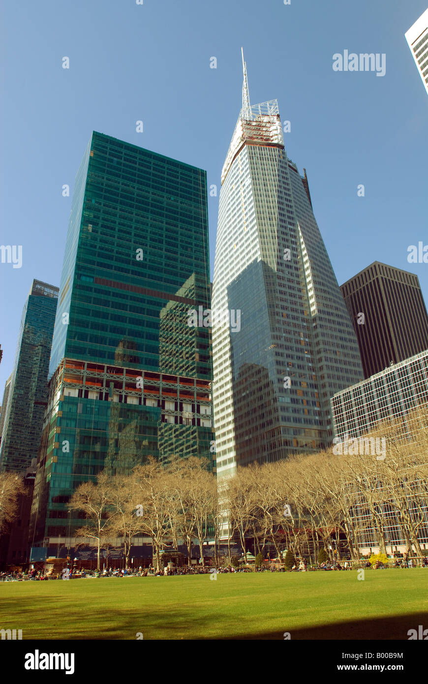 The former Verizon building under renovation and the under construction Bank of America Tower - Stock Image