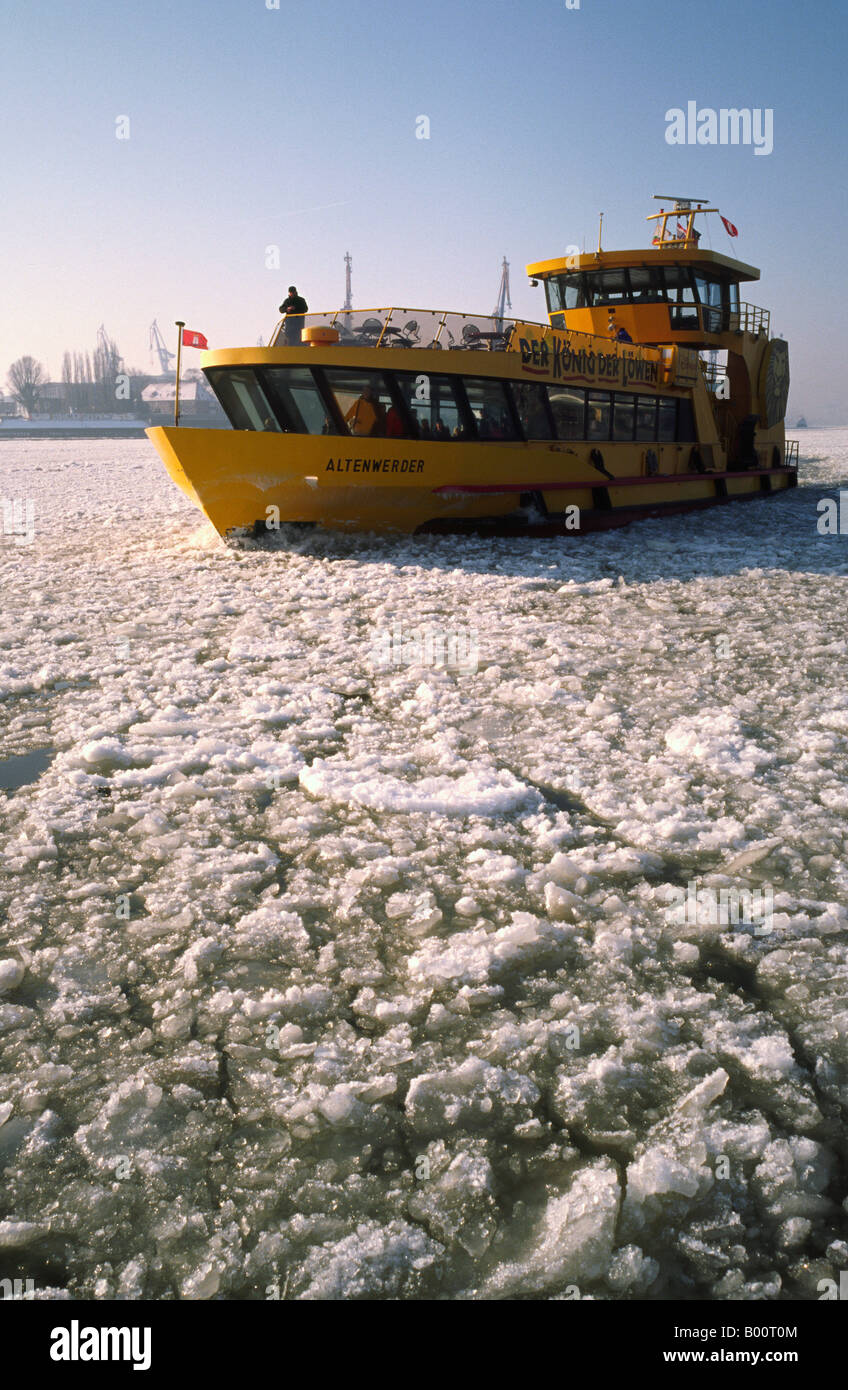 Jan 20, 2006 - Ferry crossing the frozen river Elbe at the German port of Hamburg. - Stock Image