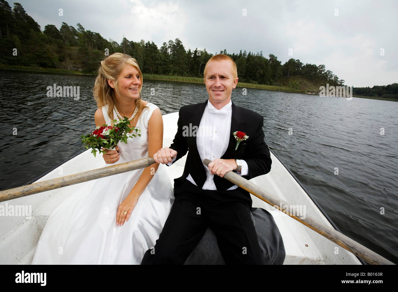 wedding couple in a rowing boat - Stock Image