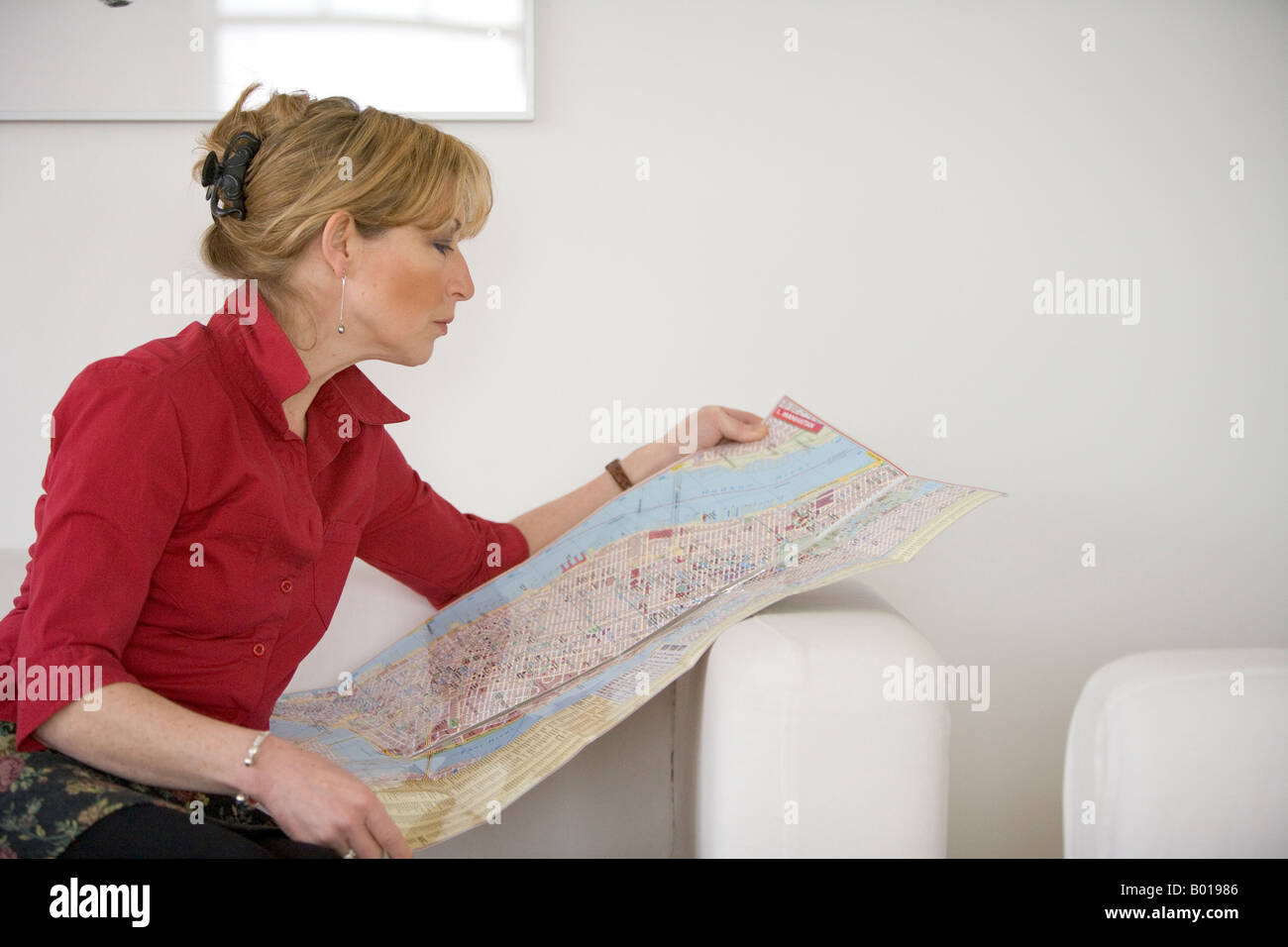 Senior woman reading a map - Stock Image