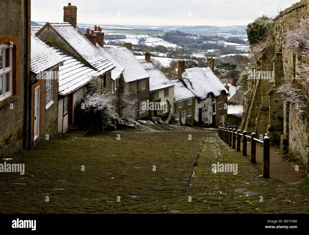 Gold Hill in the Snow Shaftesbury Dorset - Stock Image