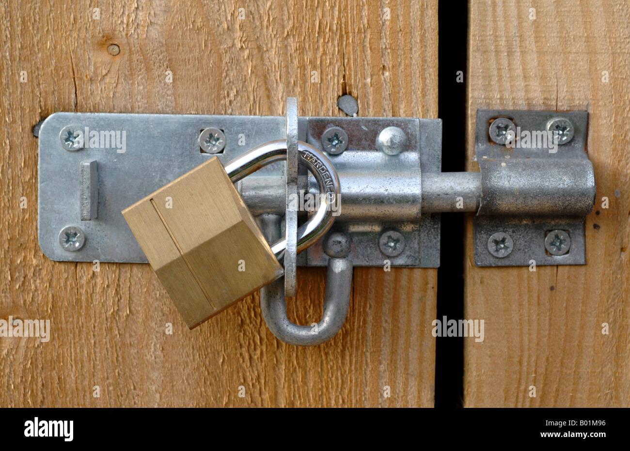 Padlock bolted door & Padlock bolted door Stock Photo: 17248258 - Alamy