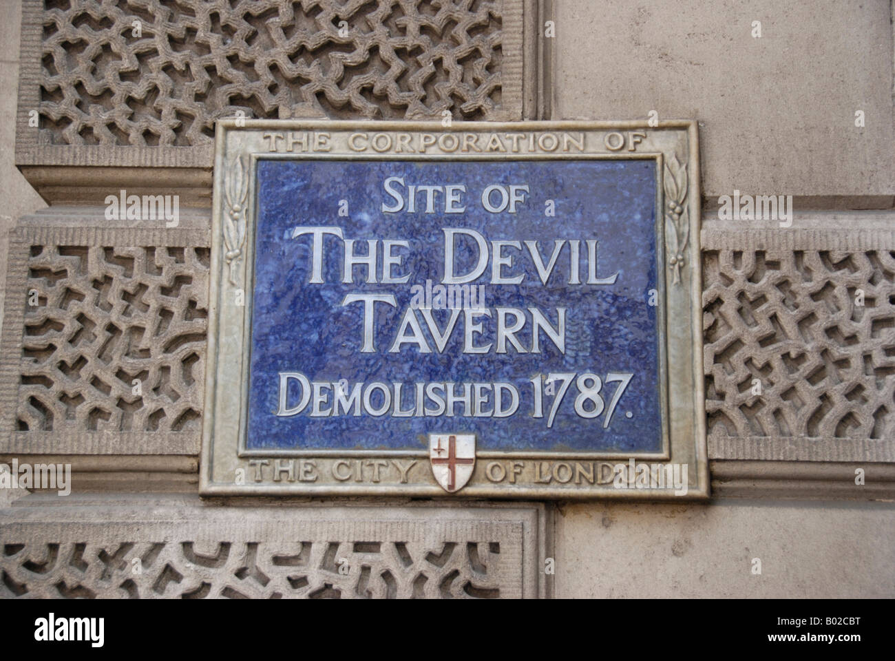 Blue City of London Corporation plaque marking the site of the demolished Devil Tavern in Fleet Street London - Stock Image