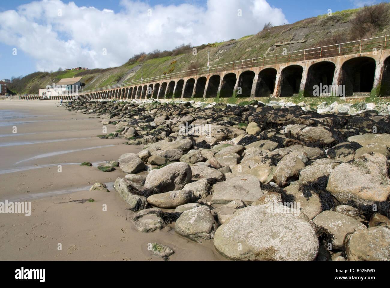 The sea wall and beach at Folkestone, Kent, England. - Stock Image