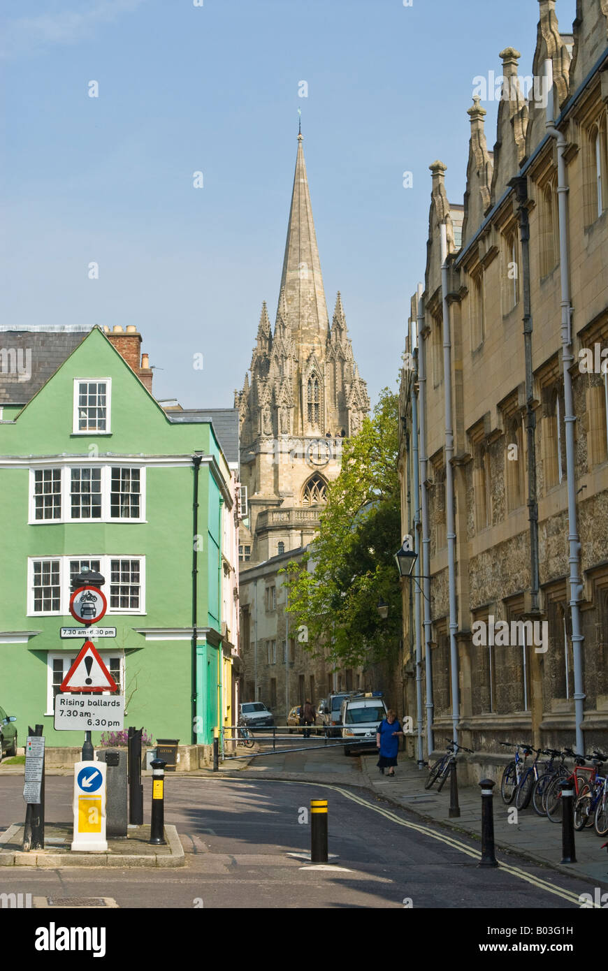 Oxford, England. Looking along Oriel Street from Oriel Square towards the University Church of St Mary the Virgin - Stock Image
