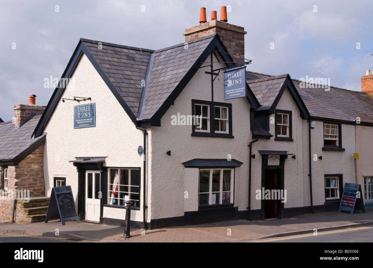 Refurbished 17th century Three Tuns Inn at Hay on Wye Powys Wales UK EU dating from 1600 - Stock Image