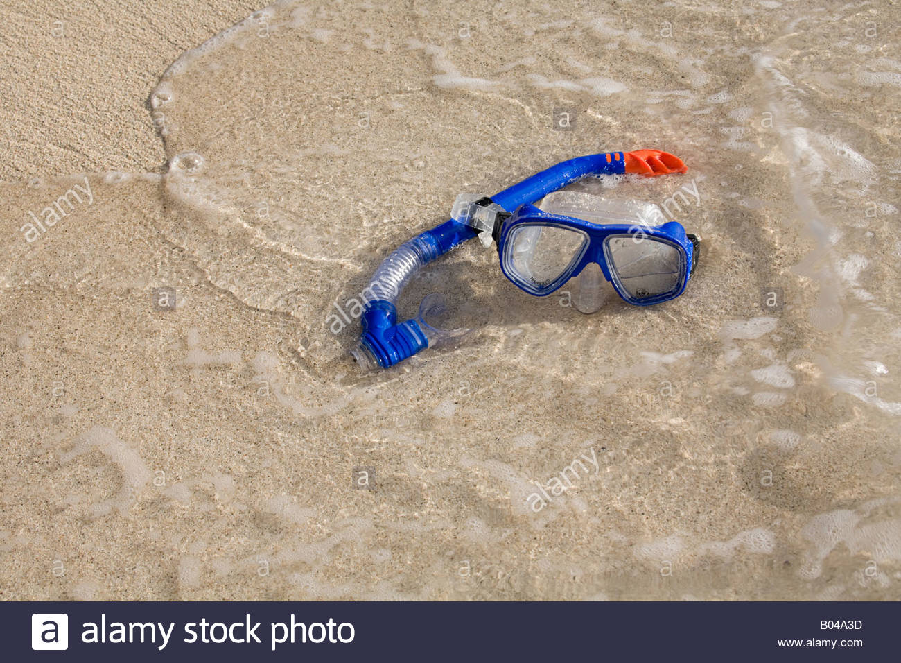 Goggles and a snorkel on a beach - Stock Image