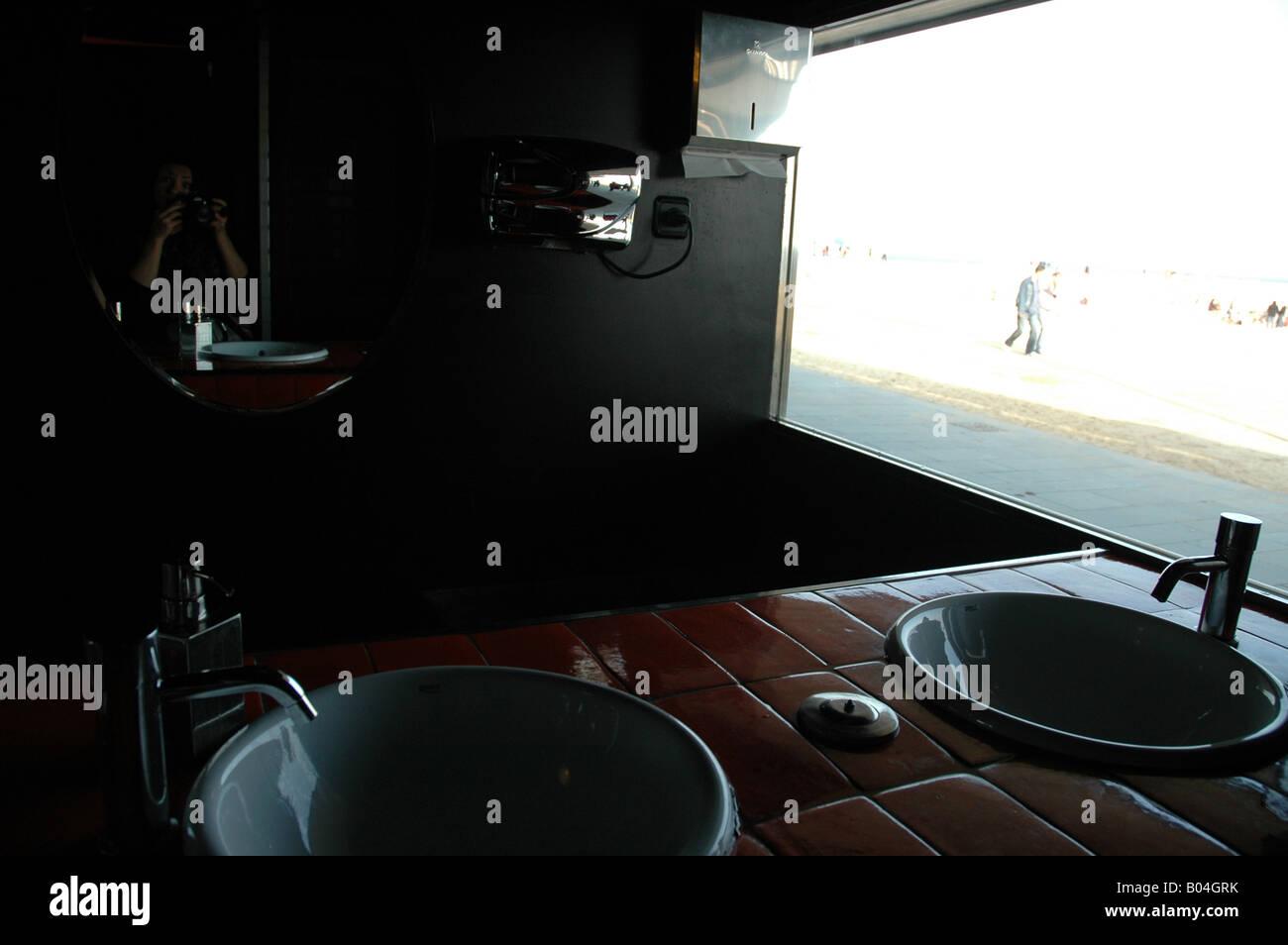 Strand beach sands strand Waschbecken wash basin washbowl Spiegel mirror D N Spiegelung reflection mirroring Fotografieren - Stock Image