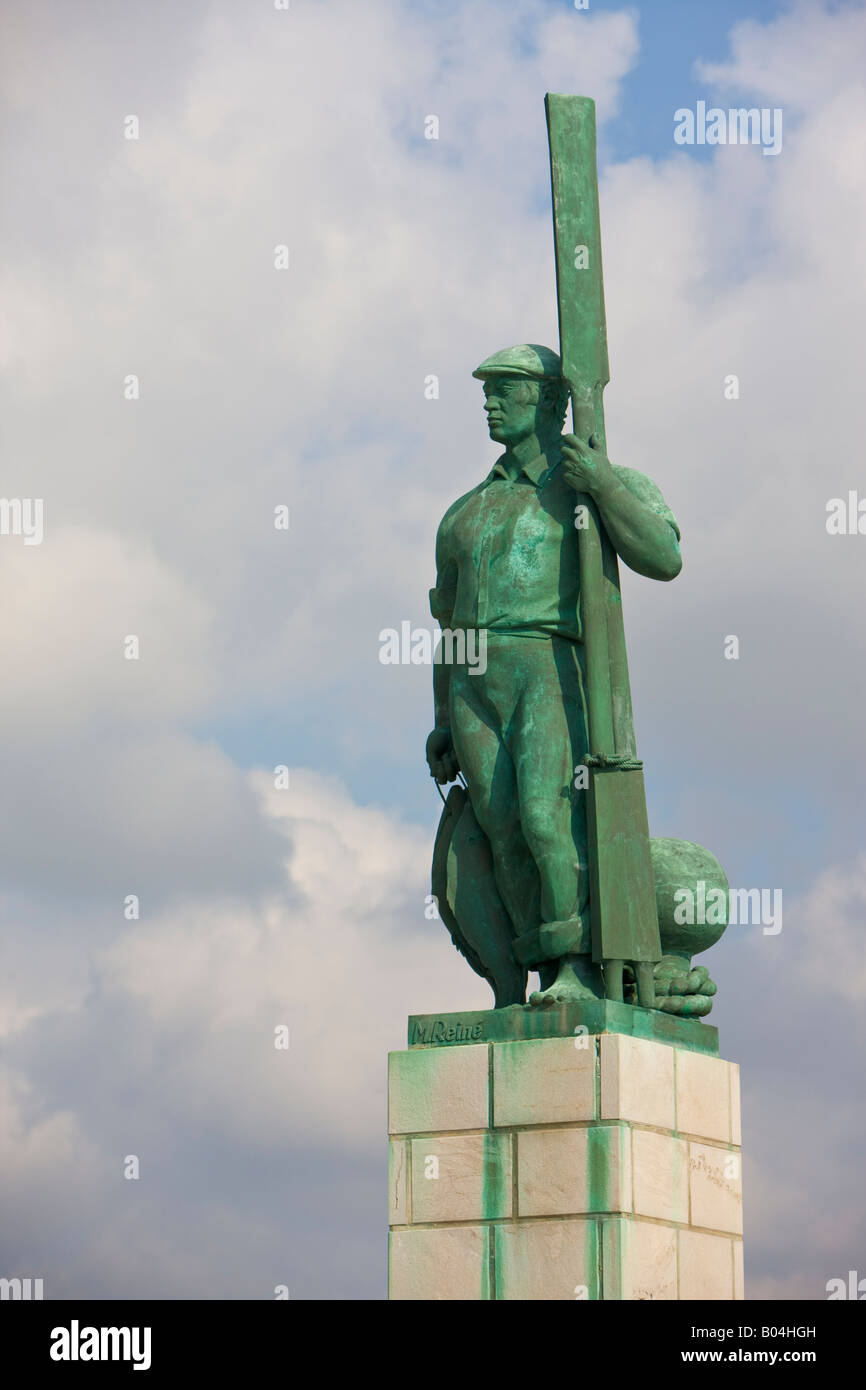 Statue (los Hombres de la mar - a tribute to the men of the sea) at the entrance to the Tarifa fishing boat harbour - Stock Image