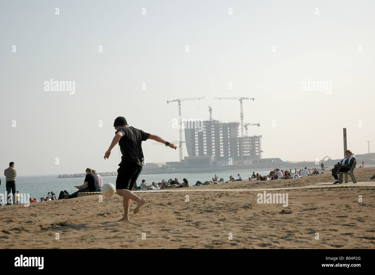 Strand beach sands strand Fussball soccer Spielen game playing play Sport sport Mann man Sand sand - Stock Image