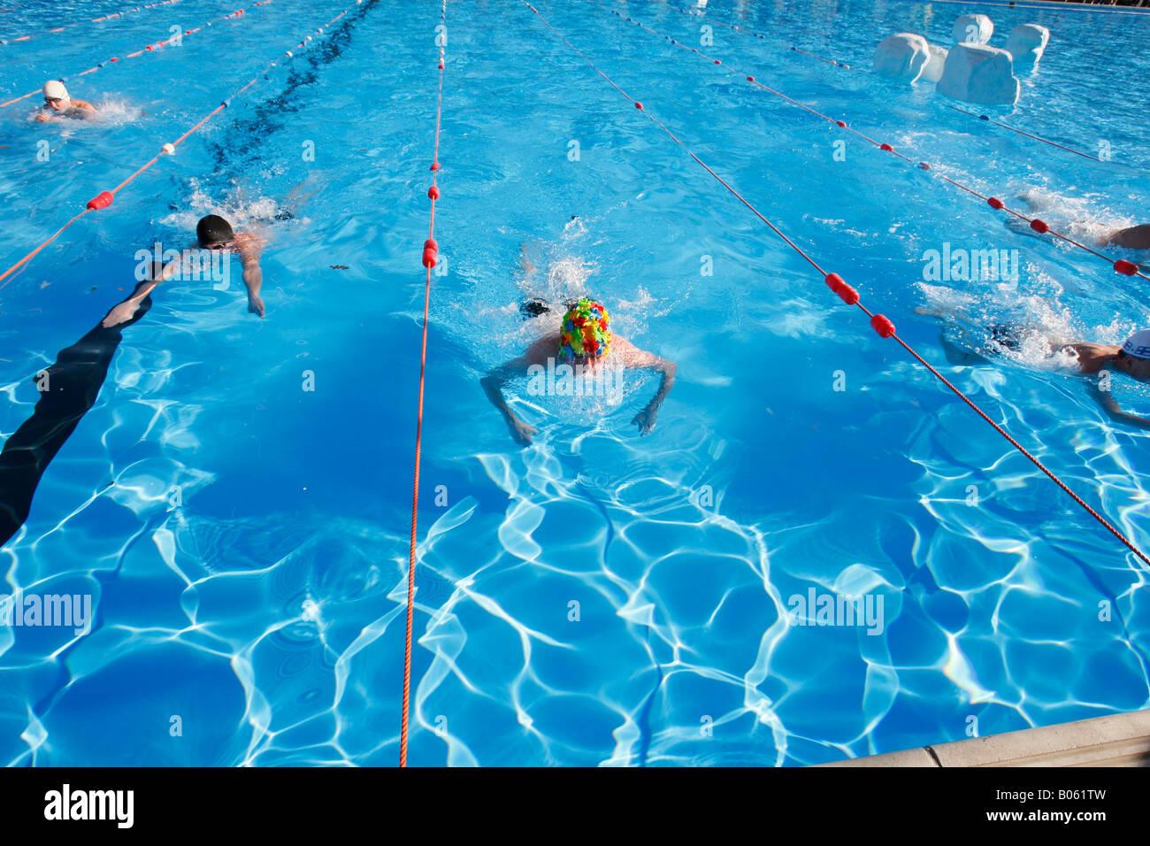 Men swim in Tooting Bec Lido outdoor swimming pool - Stock Image