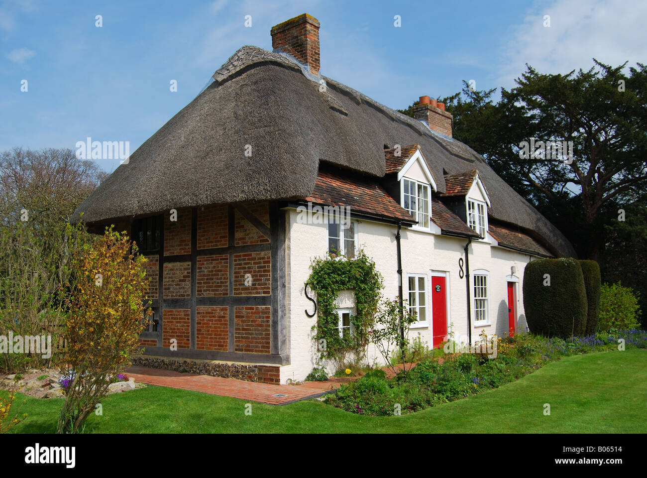 Thatched country cottage, Denmead, Hampshire, England, United Kingdom - Stock Image