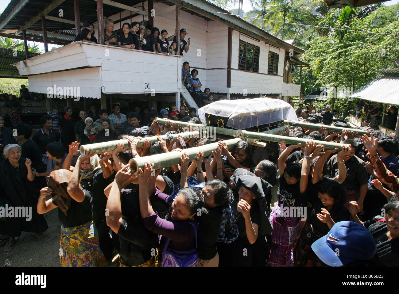 Indonesia Sulawesi Tana Toraja: traditional funeral, the body is carried in a procession to the grave - Stock Image