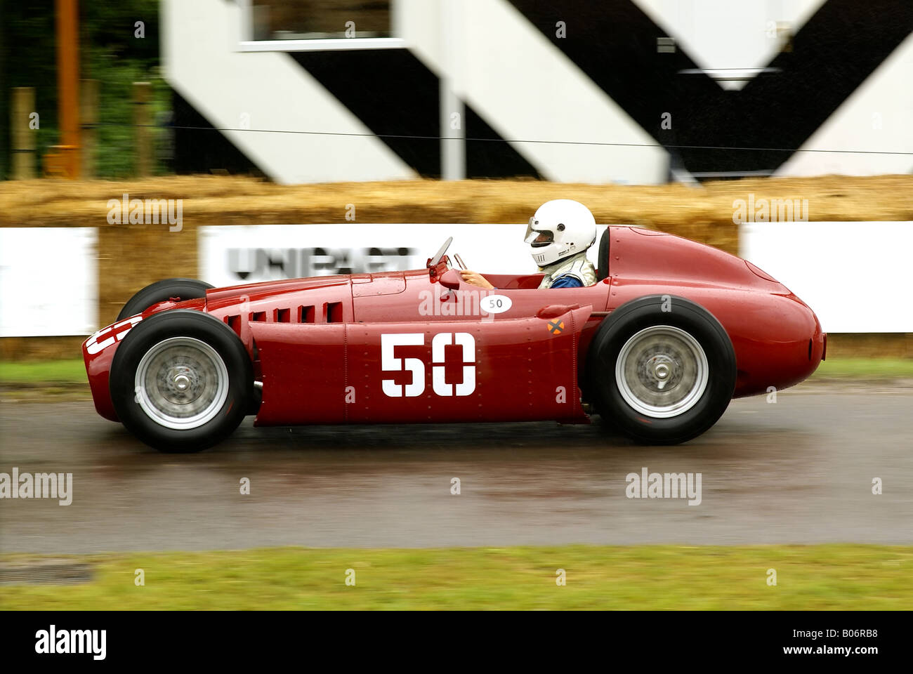 https://c8.alamy.com/comp/B06RB8/a-1954-lancia-d50-formula-one-car-at-the-goodwood-festival-of-speed-B06RB8.jpg