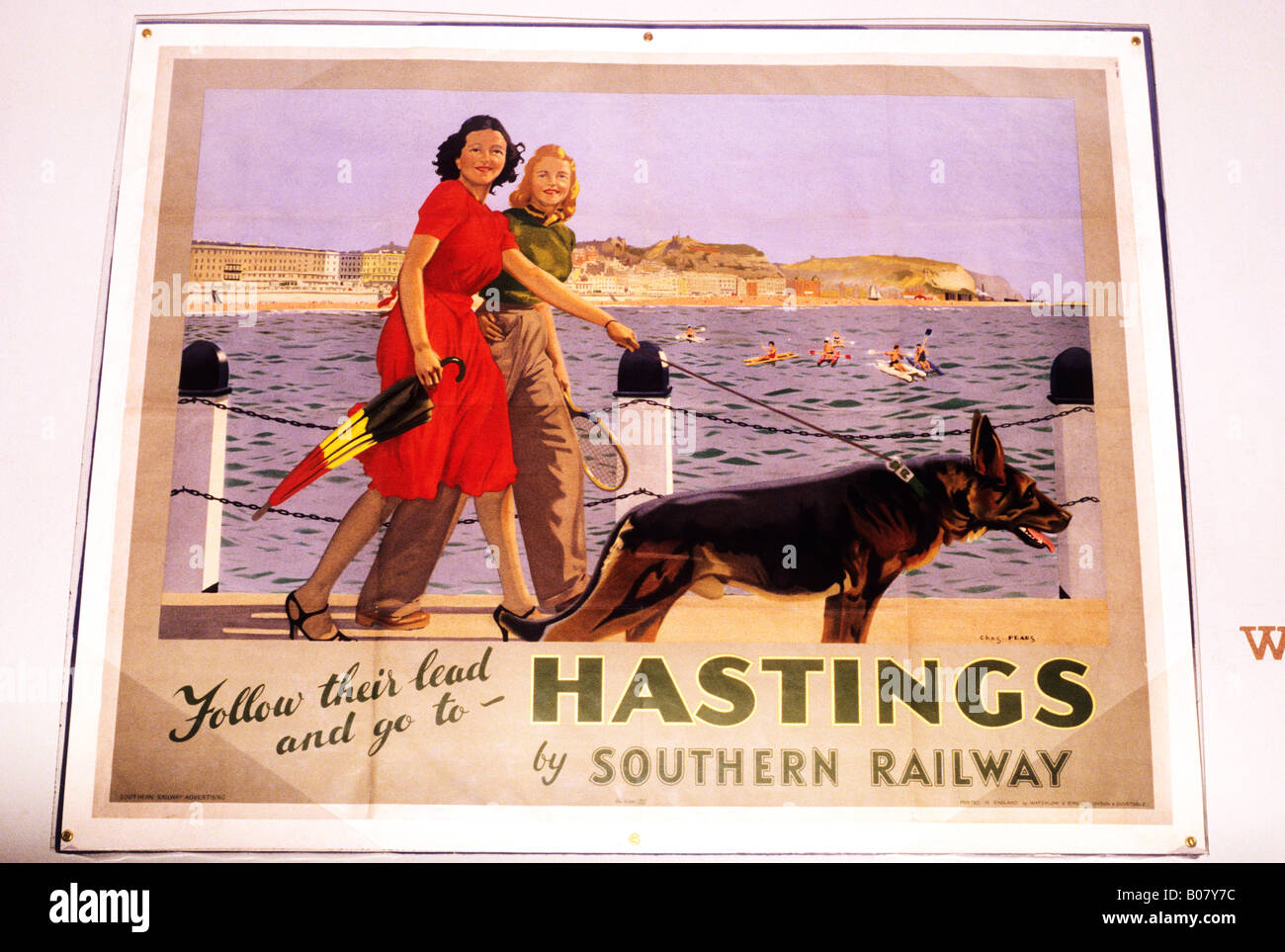 Hastings publicity poster 1934 30's thirties southern railway advertising holiday ladies strolling sea scene - Stock Image