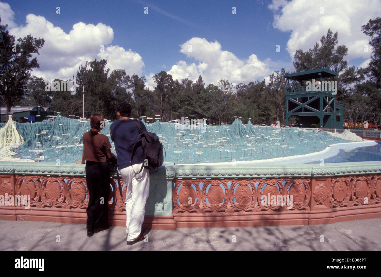 Young couple looking at the Mapa en Relieve, a giant relief map of Guatemala in Parque Minerva, Guatemala City - Stock Image