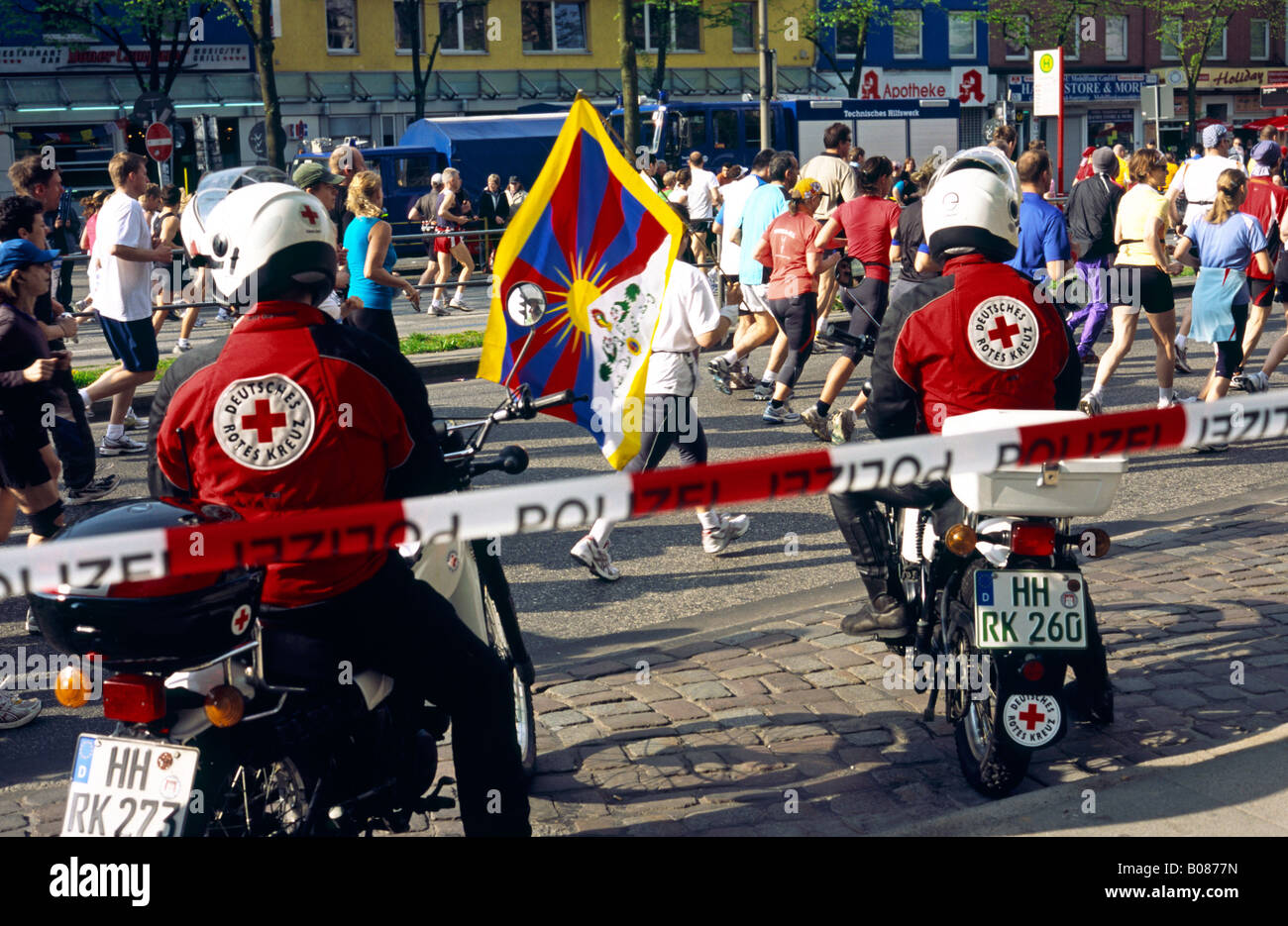 April 27, 2008 – Runner supporting Tibet at Reeperbahn during the Conergy Hamburg Marathon in the German city of - Stock Image