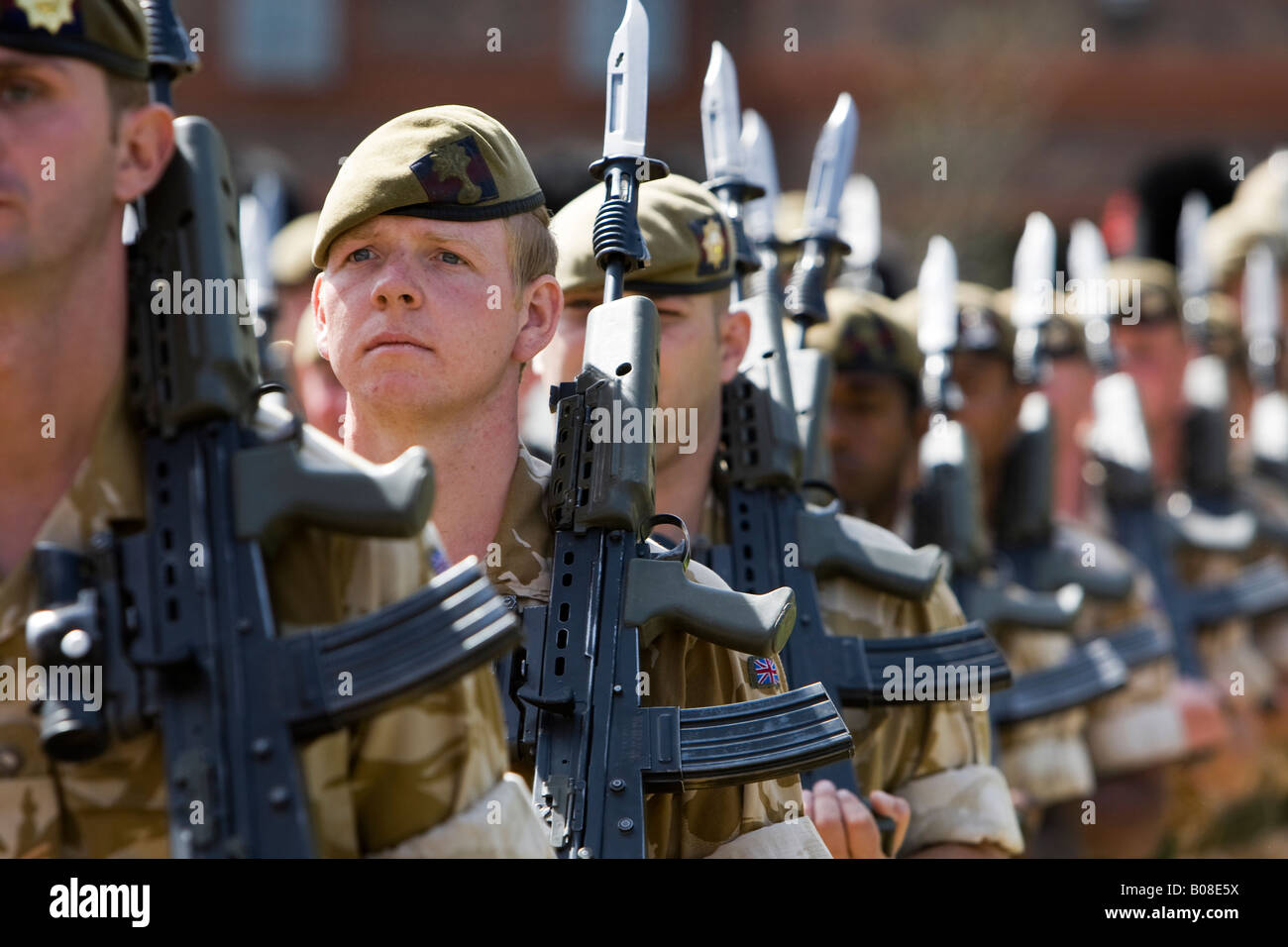 British Army 1st Battalion the Coldstream Guards in desert fatigues with bayonets fitted to their guns - Stock Image