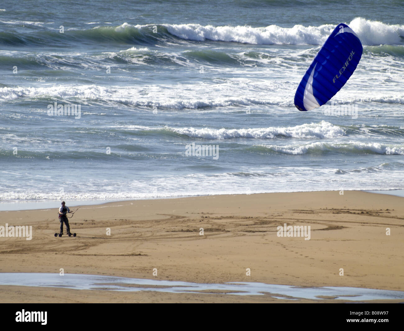 Powerkiter on the smooth sand of Crooklets Beach, Bude, Cornwall, UK - Stock Image