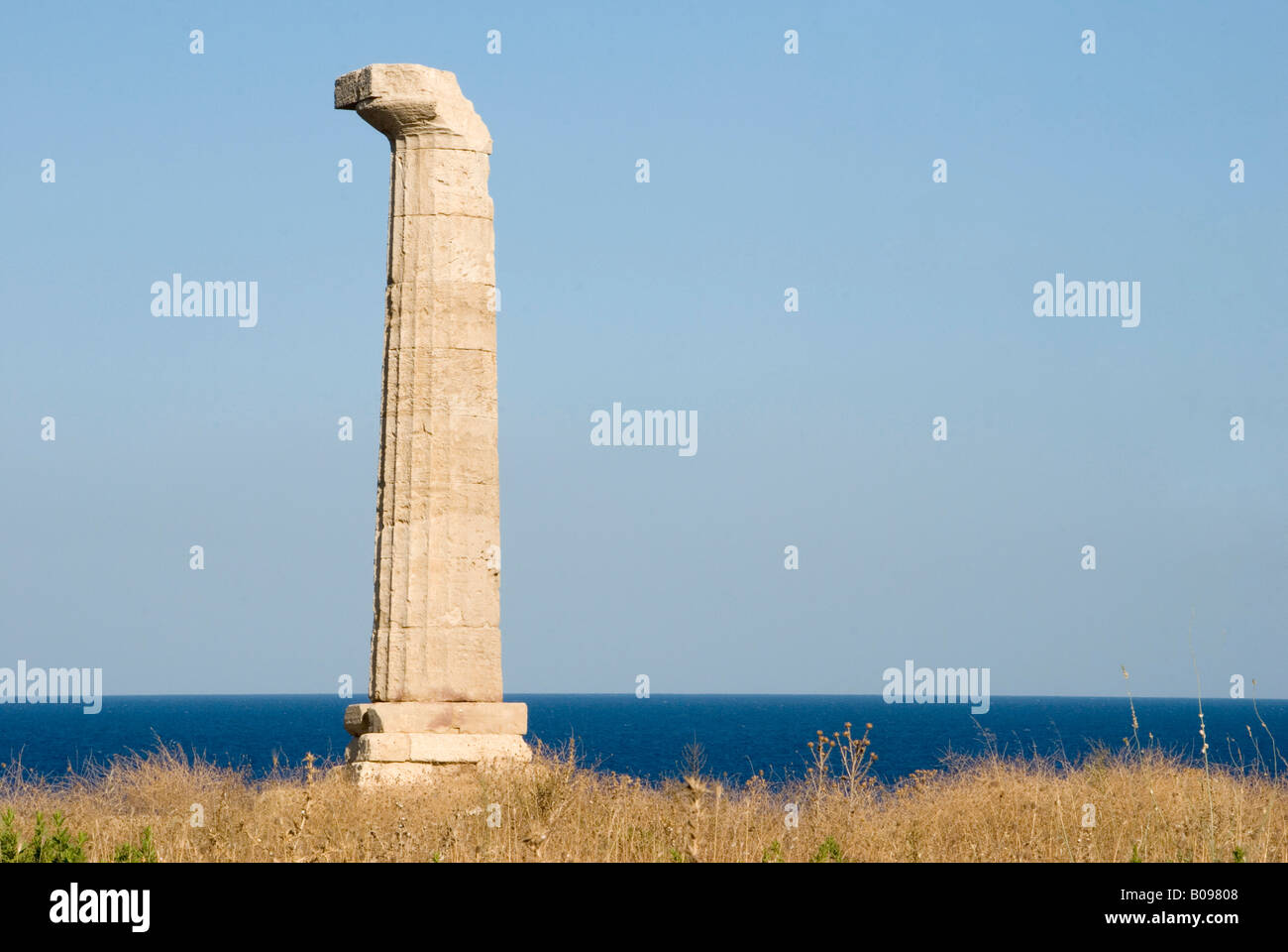 Single stone column to ruins of a temple ruin to the goddess Hera, view over the sea, Capo Colonna, Calabria, Southern - Stock Image