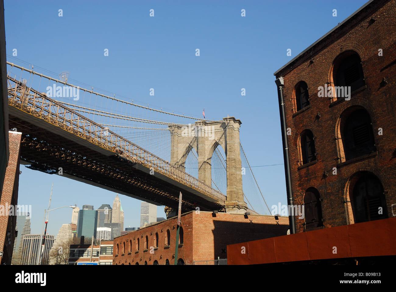 Brooklyn Bridge from a backstreet in Brooklyn, New York Stock Photo