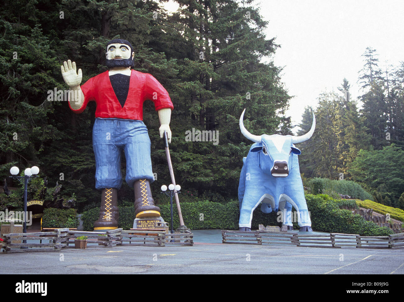 A statue of Paul Bunyan and Babe the Blue Ox at the Trees of Mystery near Redwoods National Park in northern California - Stock Image