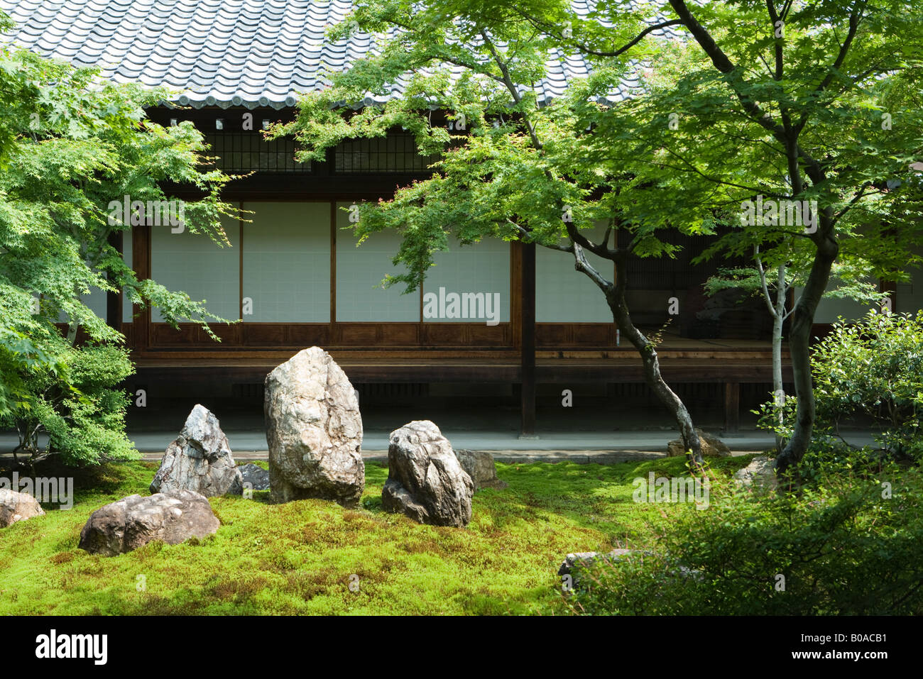 Japanese rock garden, traditional building in background - Stock Image