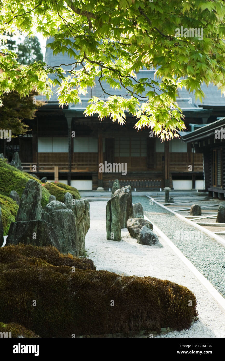 Japanese rock garden and traditional building - Stock Image