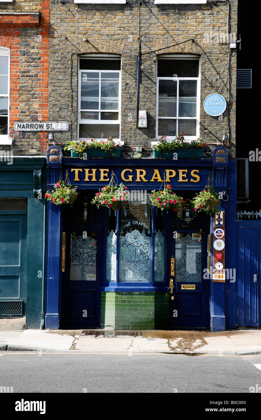 The Grapes pub on Narrow Street, Limehouse, London - Stock Image
