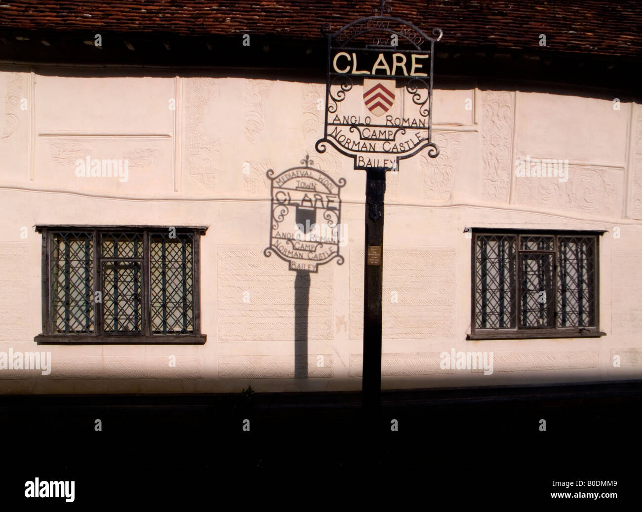 THE TOWN OF CLARE IN SUFFOLK ENGLAND UK SIGN SHADOW ON WALL OF OLD PARGETTED BUILDING IN CLARE R - Stock Image