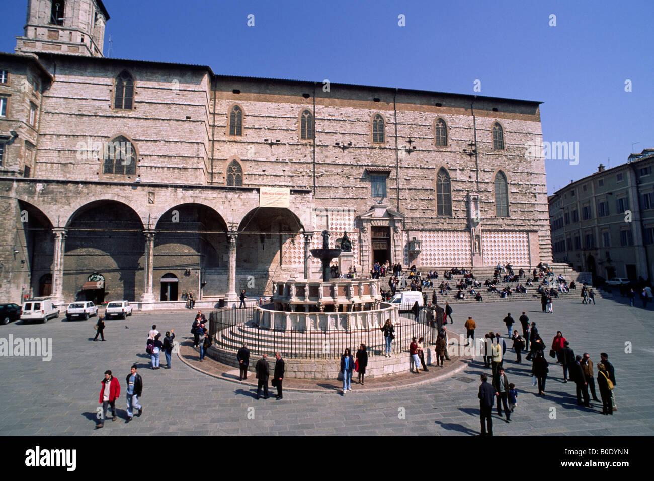 italy, umbria, perugia, piazza IV novembre, fontana maggiore and cathedral - Stock Image