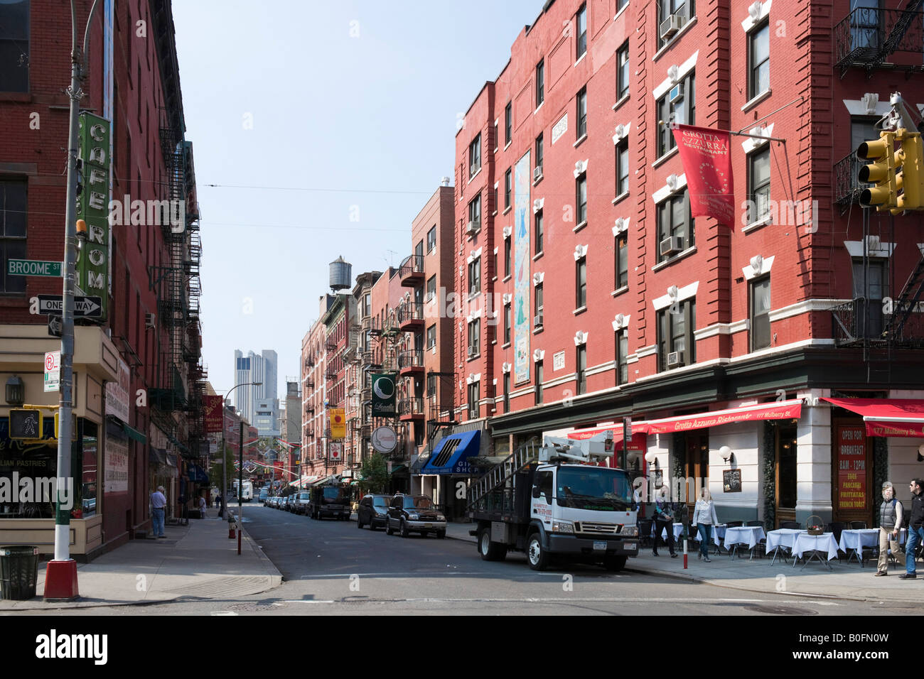 mulberry street  Mulberry Street at intersection with Broome Street, Nolita Stock ...