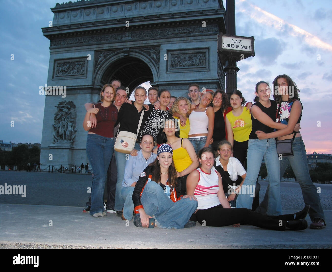 snap shot of school group posing in front of Arc de Triomphe Paris France at dusk - Stock Image