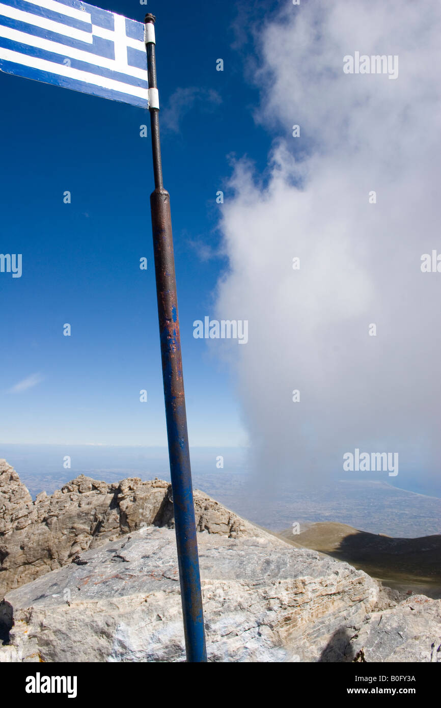 OLYMPUS MOUNTAINS TOP CALLED 'MYTIKAS' WITH THE GREEK FLAG AND BLUE SKY - Stock Image
