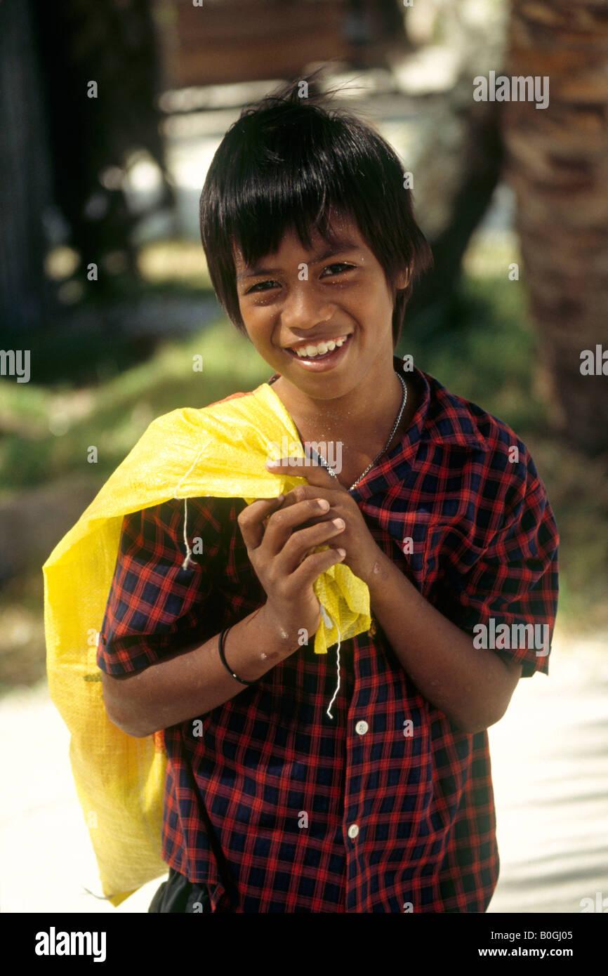 A child carrying a sack, Tarawa, Kiribati. - Stock Image